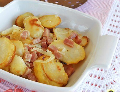 Patate in padella con cipolle e prosciutto