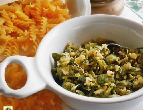 Condimento per la pasta con zucchine asparagi e pinoli
