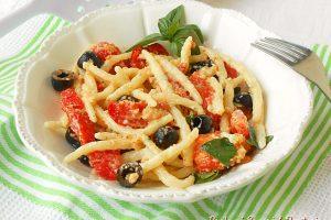 Strozzapreti cremosi con pomodori gratinati e olive