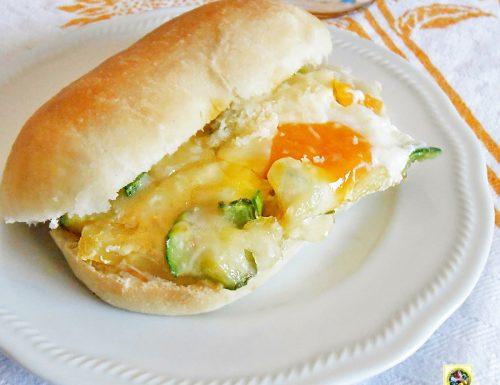 Uova con zucchine filanti in formato panino