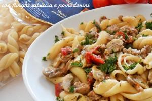 Pasta con funghi salsiccia e pomodorini