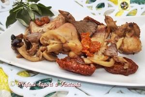 Coniglio in padella con funghi e pomodori secchi