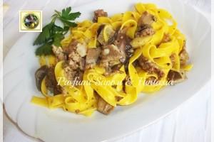 Tagliatelle con panna funghi e salsiccia