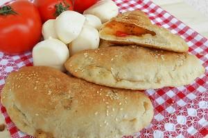 Panzerotti al forno con pomodorini e scamorza