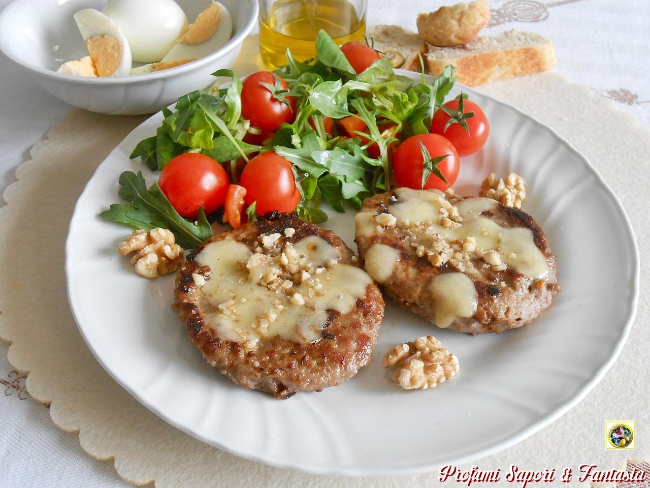Hamburger di carne con salsa e noci
