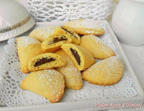 Mezzelune dolci con crema al cioccolato