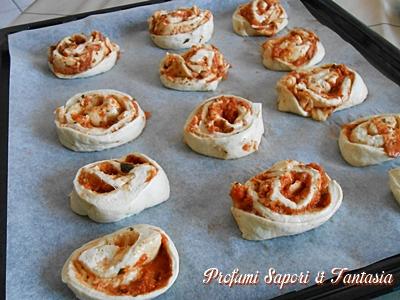 Pizzette alla scamorza e pomodoro