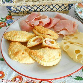 Mezzelune di pasta sfoglia emmenthal e prosciutto