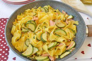 Tagliatelle al salmone con zucchine