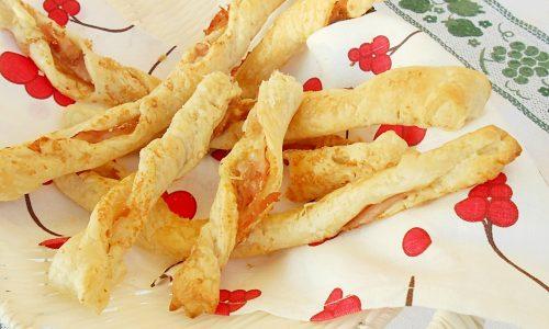 Frustine di pasta sfoglia al prosciutto