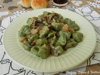 Gnocchi verdi con funghi e prosciutto