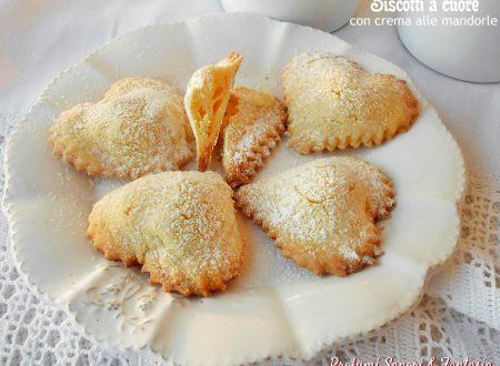 Biscotti a cuore con crema alle mandorle