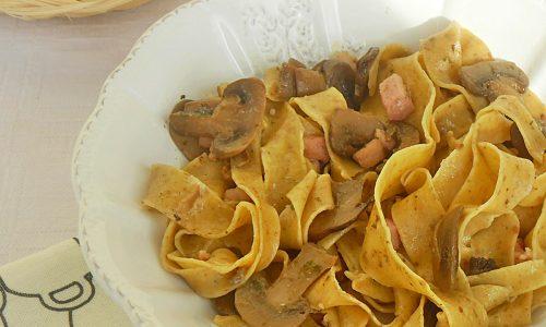 Tagliatelle ai funghi con pancetta croccante