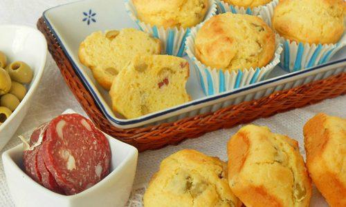 Muffin salati con olive salame e formaggio