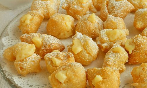 Bignè fritti ripieni di crema