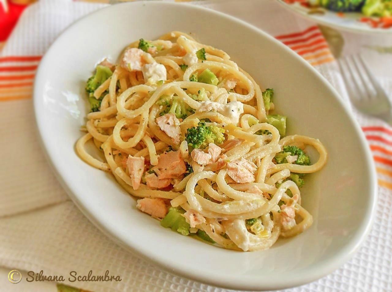Pasta con salmone broccoli e stracciatella
