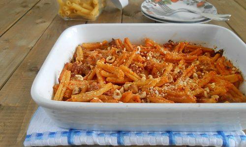 Pasta al gratin con salsiccia e nocciole
