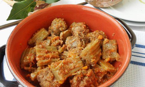 Cardi e salsicce in umido