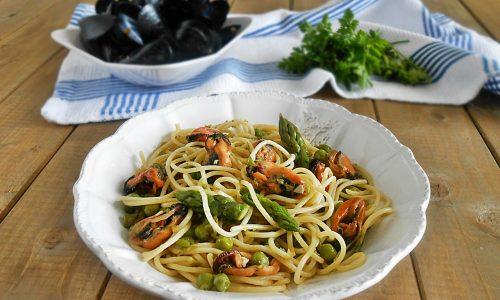 Spaghetti alle cozze con asparagi e piselli