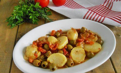 Patate con olive e pomodori
