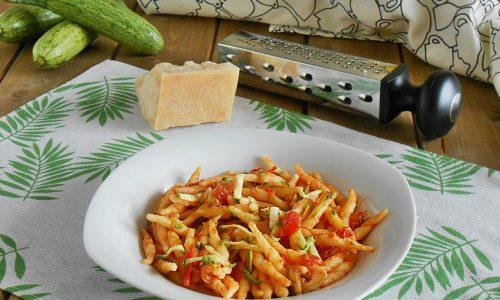 Pasta al pomodoro e basilico con zucchine grattugiate