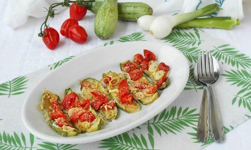 Zucchine al forno con cipolle e pomodorini