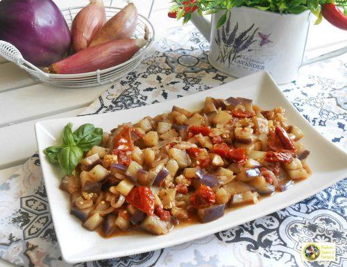 Melanzane con pomodori secchi e cipolle