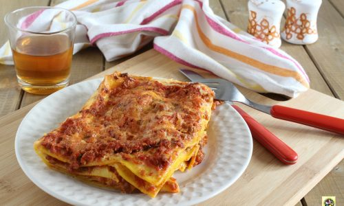 Lasagne al forno saporite con salsiccia e mozzarella