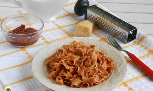 Tagliatelle al pesto di pomodori secchi e pancetta