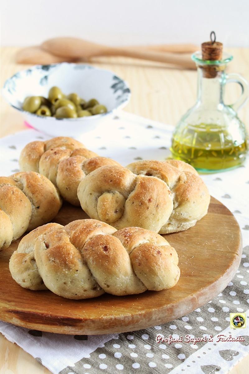 Trecce di pane con olio e olive