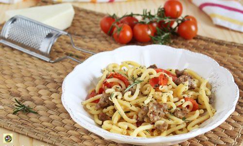 Pasta con salsiccia pecorino e pomodorini