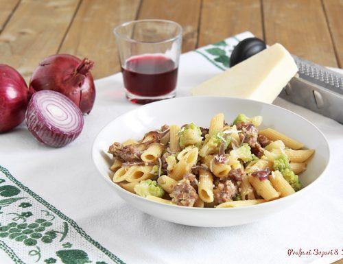 Penne con salsiccia cipolla e cavolo romano