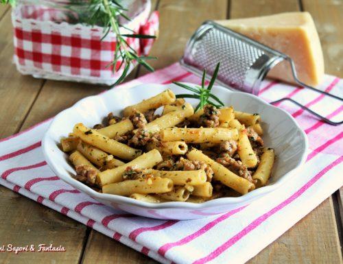 Maccheroncini con salsiccia pesto e pomodoro