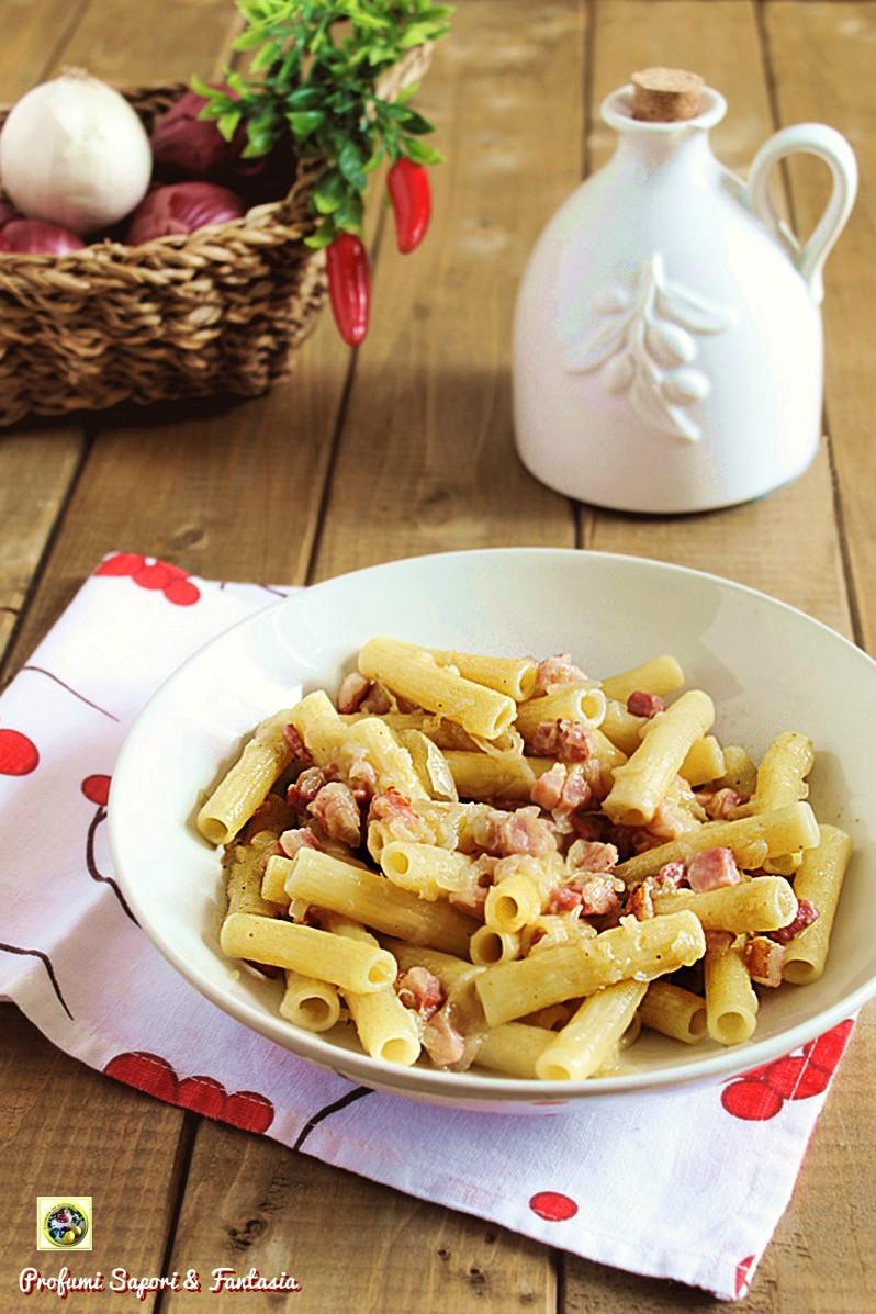 Maccheroncini con salsa di cipolle e pancetta