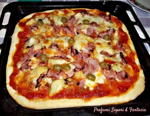 Pizza con prosciutto salsiccia e mozzarella