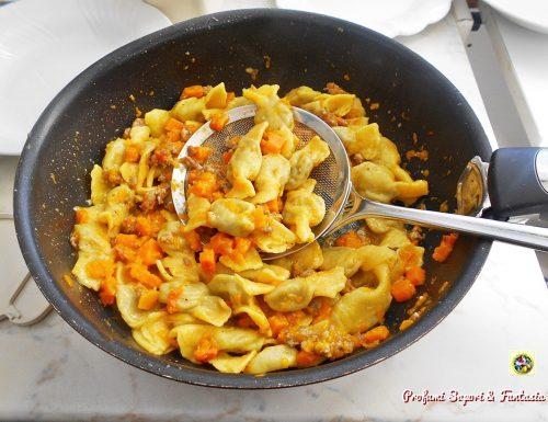 Caramelle di pasta fresca con zucca e salsiccia