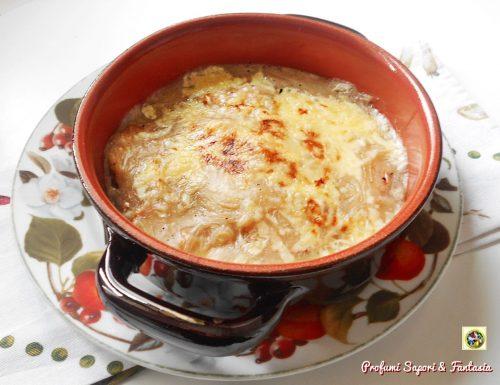 Zuppa di cipolle gratinata con bruschette