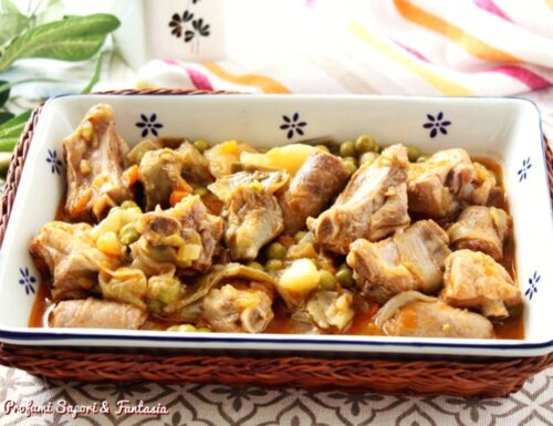 Costine e salsiccia in umido con patate e carciofi