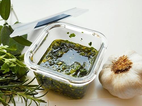 Conservare trito aromatico di erbe per carne o pesce