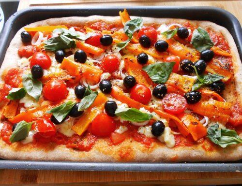 Pizza con farina integrale verdure e mozzarella