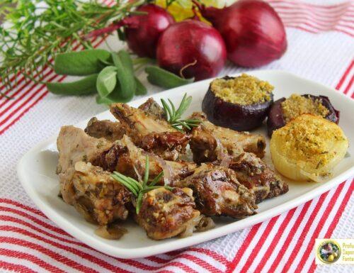 Costine di maiale arrosto con cipolle
