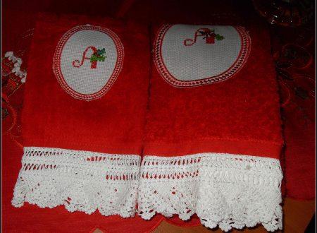 asciugamani con rifiniture uncinetto e punto croce