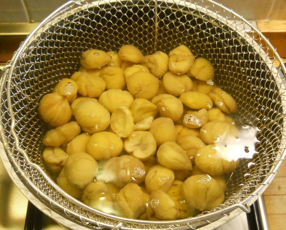 castagne che bollono in acqua