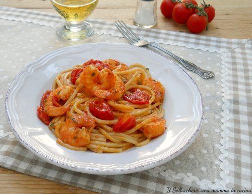 Spaghetti con gamberoni e pomodori pachino