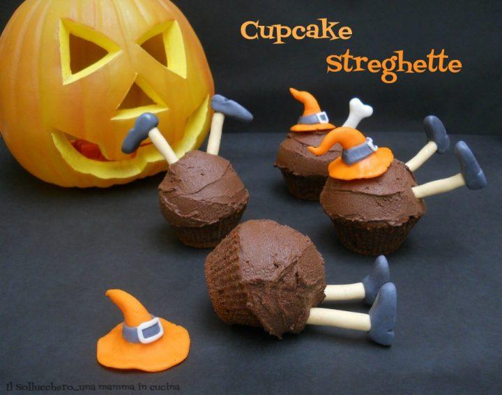 I Cupcake streghette sono deliziosi muffin al cioccolato e cocco decorati con simpatiche streghette in pasta di zucchero.
