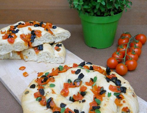 Torciglione di focaccia con pomodorini e olive