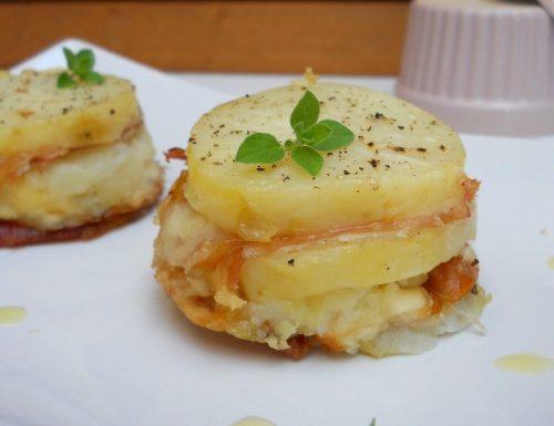 Tortine di patate, speck e scamorza affumicata