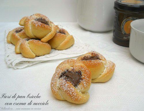 Fiori di pan brioche con crema di nocciole