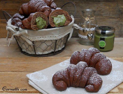 Cornetti al cacao con crema di pistacchio