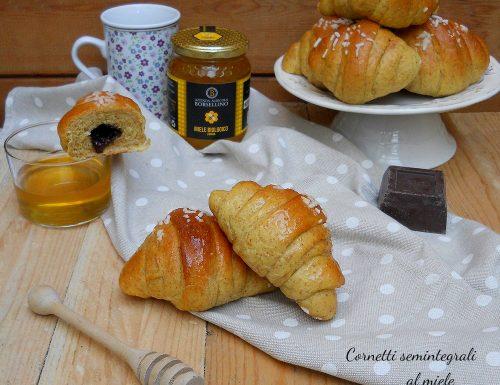 Cornetti semintegrali al miele con cioccolato fondente
